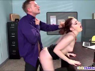 Sıcak serseri ember taş gets onu anne cheeks spanked tarafından bir büyük floppi göğüsler