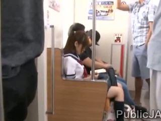 Bunch του ώριμος/η pervs bang ιαπωνικό κορίτσι του σχολείου στο electric τρένο