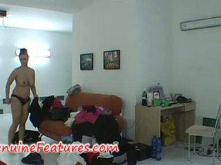 Perempuan dengan besar payu dara dalam pentas belakang