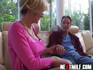 Excitat guy enjoys mare mamele milf