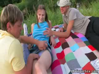 Tuyệt đẹp virgin gets deflowered trong khi picnic