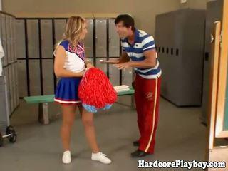 שובבי מעודדת gets שלה תחת spanked על ידי שלה
