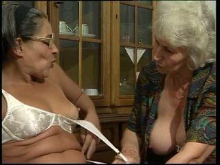 Two grannyen toying deras egen fittor!