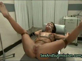 Karstās brunete dziļi throat fucked uz bdsm