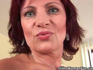Oma met hard tepels en harig poesje masturbates