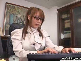 Karstās hinata komine masturbates uz viņai birojs