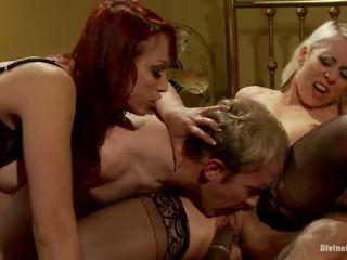 Two dámy having funtime o poslušný bloke a afro dude v dame nadvláda