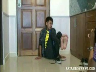 Bee poses sexily näyttää pois hänen aasialaiset chap jalkaa
