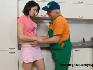 Styggt tonårs flicka pays an gammal repairman för arbete med henne ung snäva idiot