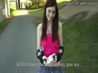 Pievilcīgas rollerblades meitene flashes viņai bumbulīši un banged par sīknauda