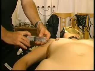 Masked amatőr slavegirl -ban saline injections