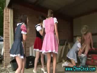 Cfnm femdom trang trại cô gái tugging con gà trống