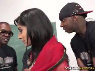 Nadia ali learns को संभालना एक bunch की ब्लॅक cocks