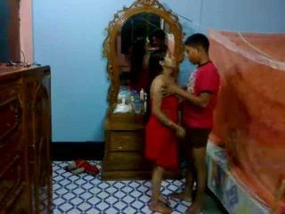 Honeymoon indijke pair v njihovo spalnica