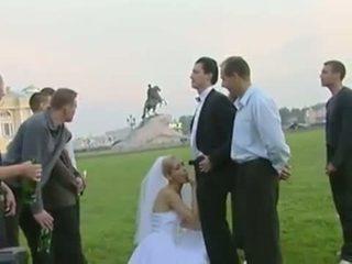 Līgava jāšanās uz publisks pēc kāzas