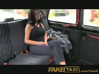 Faketaxi show flicka med stor tuttarna fucks för kontanter