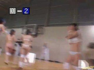 Sporty asiáticos jogar basquete