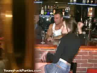 Geil sluts zuigen de bartenders lul