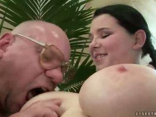 Szczęśliwy dziadek pieprzenie z cycate nastolatka