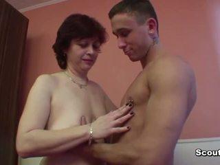 Moeder verleiden duits vriend van haar zoon naar neuken haar poesje