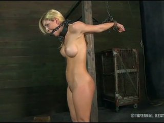 Caged babe gedwongen naar geven pijpen