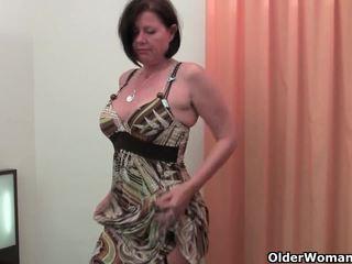 Добре rounded матуся є toying її зріла і волохата манда