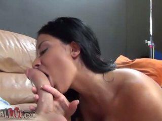 Annisa kate gives en sensuellt avsugning som hon moans l