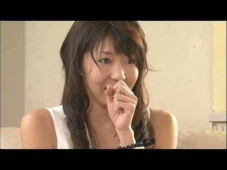 Two masseurs jouer avec une pair de grand japonais seins