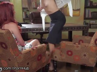Girlsway therapist seduces rūdmataina pacients