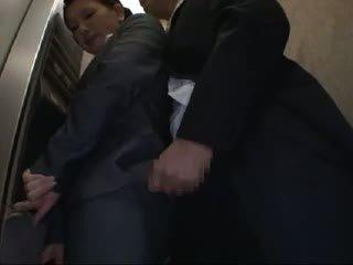 Officelady متلمس و مارس الجنس في elevator