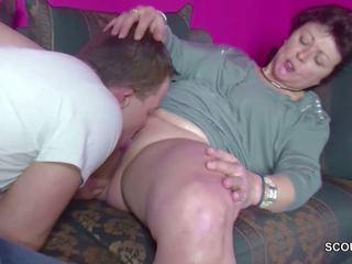 德语 年轻 男孩 抓 step-mom masturbate 和 得到 一