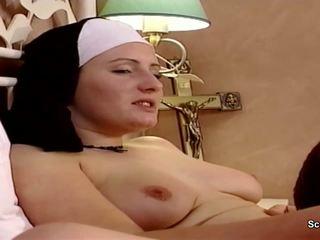 Duits non krijgen haar eerste neuken van repairman in kloster