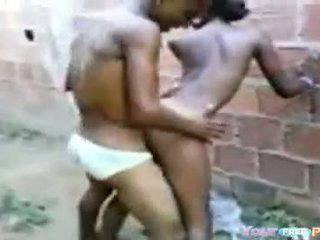 2 africanos fodendo en garota em um beco