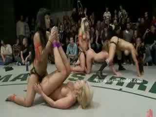 Groep van lesbiennes nemen deel van worstelen tonen rammed met strapon in heet speelbal lesbisch seks video-