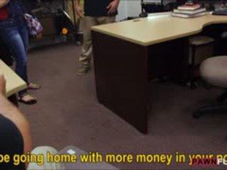 סקסי קובני חתיכה sells שלה טלוויזיה ו - מזוין ב the pawnshop