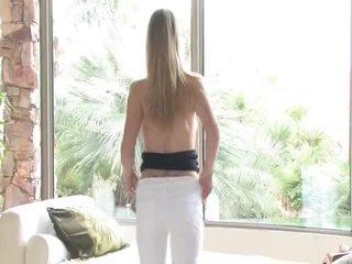 Danielle acquires undressed sedan uses henne leksak på henne vaginaen
