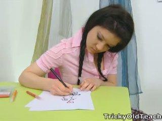Vika is in de school- kamer na misbehaving met een roze top en een sexy plaid rok