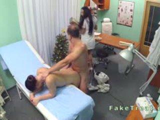 Médico fucks a limpar senhora e enfermeira