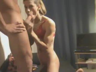 Sexo a três ato com um caseiro crossdresser
