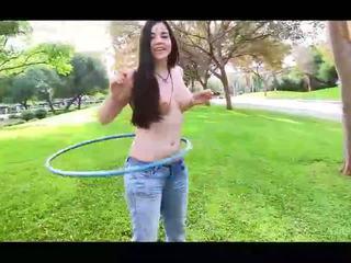 Nadine karstās amatieri brunete meitene ar dabas bumbulīši flashing bumbulīši uz publisks un izģērbtas un spēlē hoola hoop