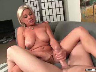 Cumblast-horny mammīte gets splattered ar karstās sperma