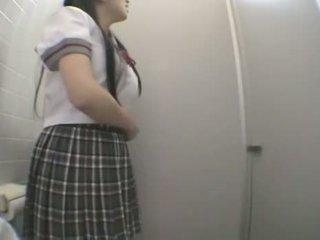 Studente jāšanās uz publisks tualete