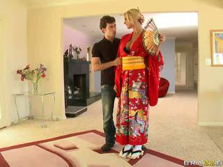 Blondynka geisha breaking z customs