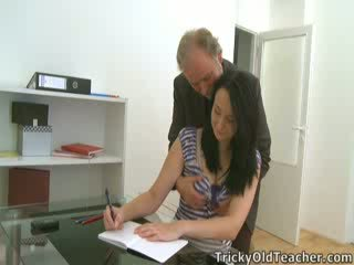 Tiffany the เด็กนักเรียนหญิง gives ทาง ไปยัง เธอ teacher's advances
