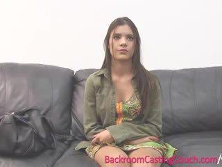 Έφηβος/η insemination επί κάστινγκ καναπές