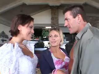 Esküvő hármasban egy férfi két nő