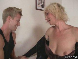 Mature blonde takes elle à partir de derrière