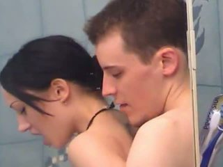 Szexi tini lány gets fingered alatt zuhany