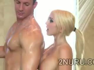 Velký stacked blondie seduces hunky perv v the sprchový