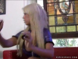 Heet ontzagwekkend rondborstig blondine masturberen
